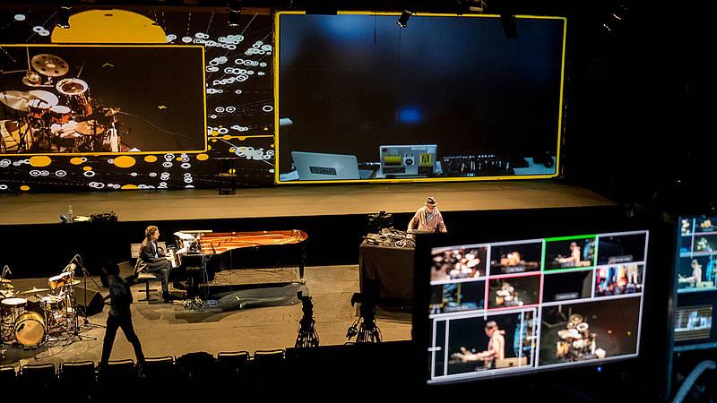 Künstler am Klavier und Schlagzeug, die musizieren