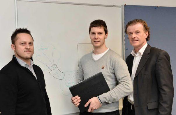 Drei Mitarbeiter von LINZ AG TELEKOM stehen gemeinsam vor einer Präsentationstafel.