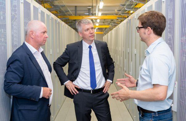 Drei Herren unterhalten sich im LINZ AG Data Center