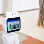 Bildschirm-Detail des 5G-Roboters im Seniorenzentrum